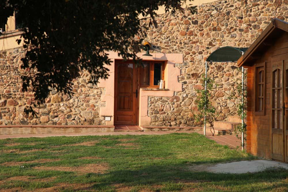 casa-madera-cerca-masia-jardin-children-tree-house-garden